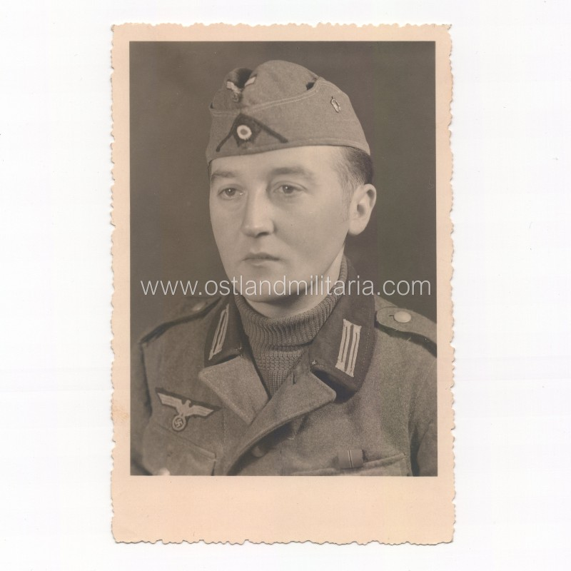 Photo of German Army soldier with unit pin (?) on sidecap Germany 1933–1945