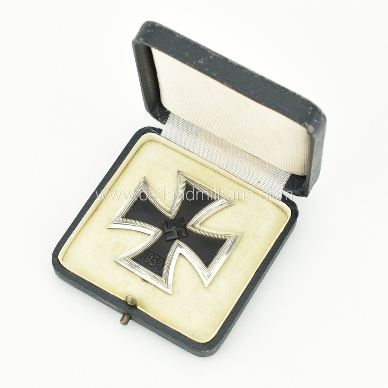 Cased Iron Cross 1st class by K&Q, early varia...