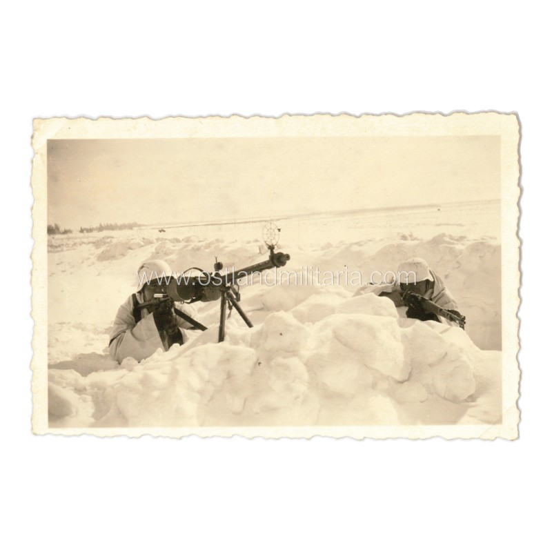 Photo of German soldiers in winter camouflage armed with machine gun and rifle Germany 1933–1945